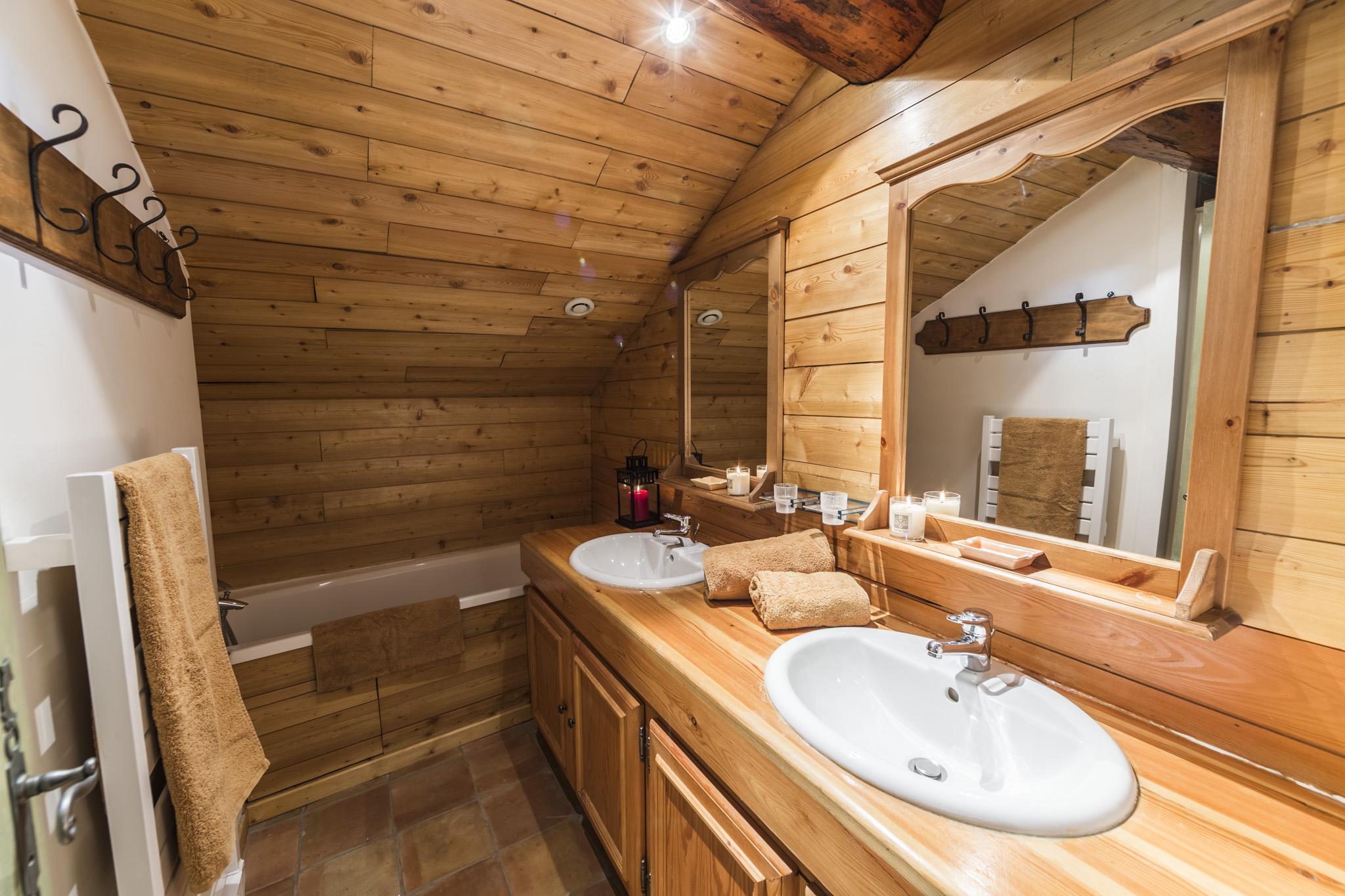 salle-de-bain-chaleureuse-chalet | Chalet Les Boulons ...